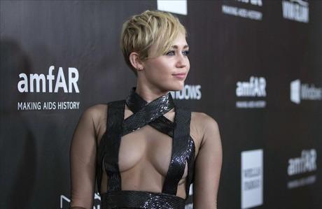 Miley Cyrus posa en el 'photocall'de la gala anFAR, celebrada el pasado 29 de octubre en Los �ngeles.
