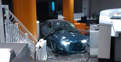 El coche, dentro de la sede del PP.