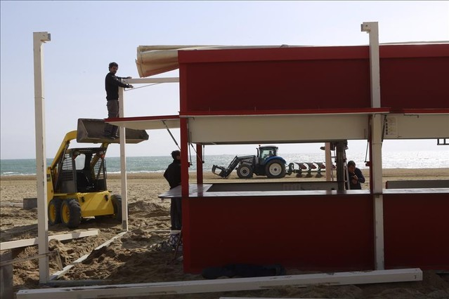 Empieza la puesta a punto de las 41 playas metropolitanas for Trabajos de verano barcelona