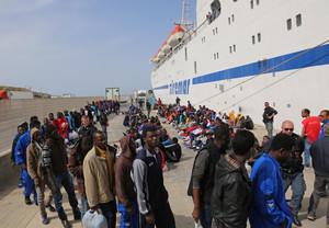 Fotografía de archivo. Un grupo de immigrantes esperan para embarcar en un barco que sale de la isla de Lampedusa.
