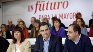 Pedro Sánchez, en el centro, al inicio del comité federal del PSOE, este lunes.