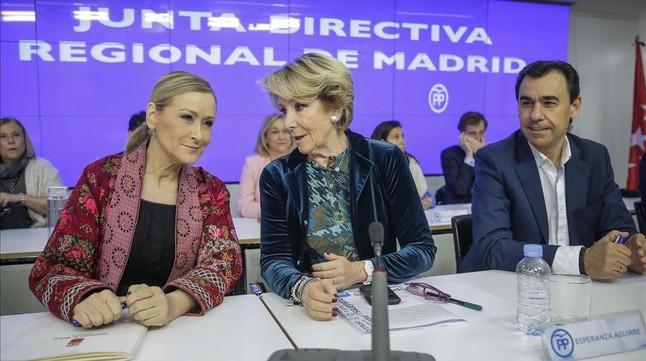 La presidenta del PP de Madrid, Esperanza Aguirre, y otros dirigentes conservadores, este viernes en la junta directiva regional