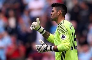 undefined35097691 middlesbrough s spanish goalkeeper victor valdes gestures to160813193345