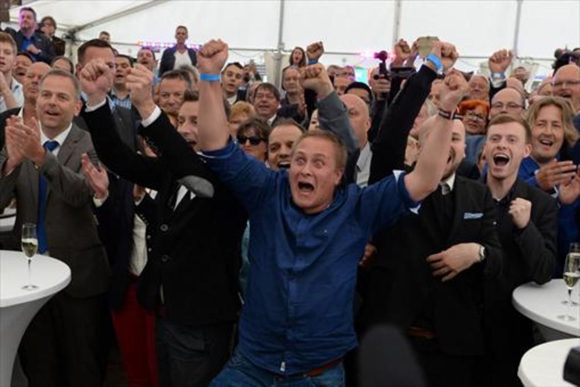 Militantes de Alternativa por Alemania siguen las elecciones por TV.