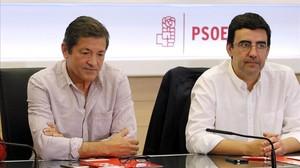 Javier Fernández y Mario Jiménez, presidente y portavoz de la gestora, el pasado 10 de octubre en la sede del PSOE.