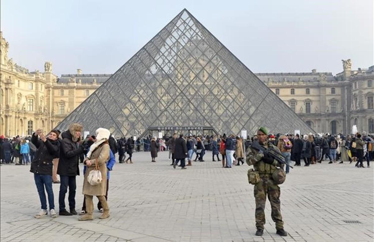 El Museo del Louvre vigilado por el ejército francés, la semana pasada.