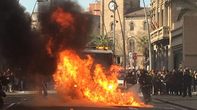 Els estudiants universitaris es manifesten pel centre de Barcelona
