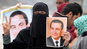 zentauroepp37511268 supporters of former egyptian president hosni mubarak hold u170302190349
