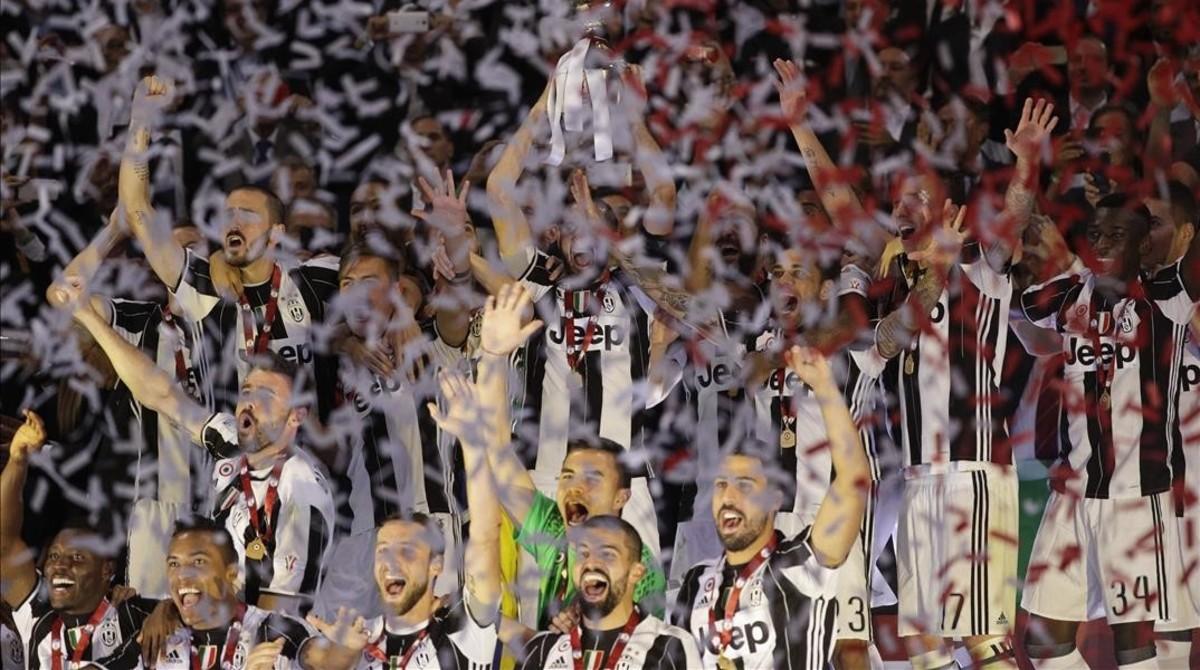 Chiellini recoge el trofeo de Copa tras batir a la Lazio.