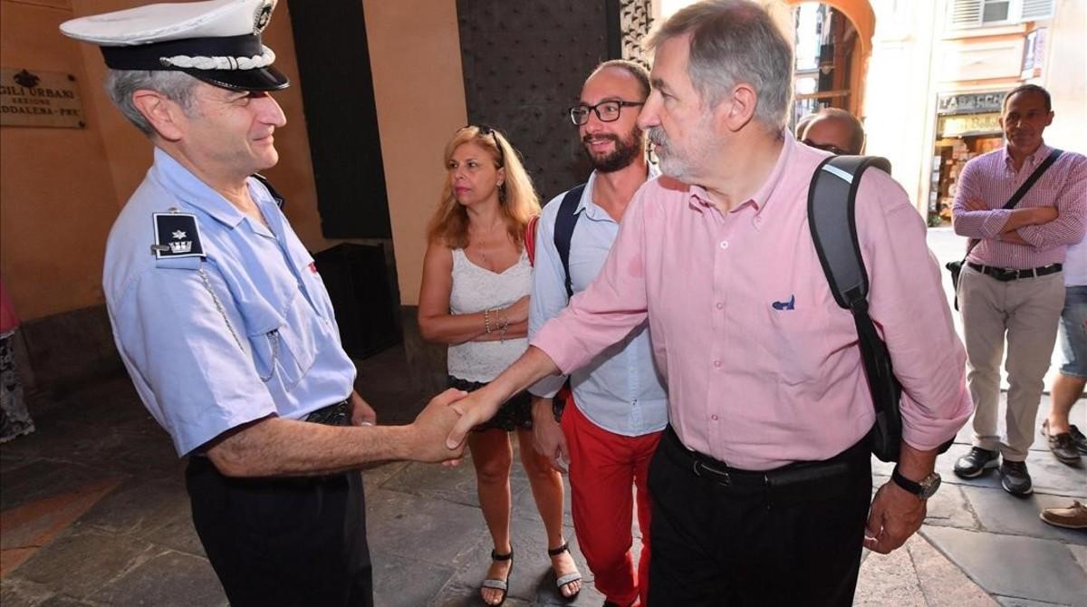 El nuevo alcalde de Génova, el conservador Marco Bucci (centro), saluda a un policía local a su llegada al Palazzo Tursi, sede de la alcaldía de Génova, el 26 de junio.