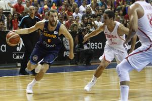Sergio Rodríguez juega el balón ante Abada en el amistoso ante Túnez