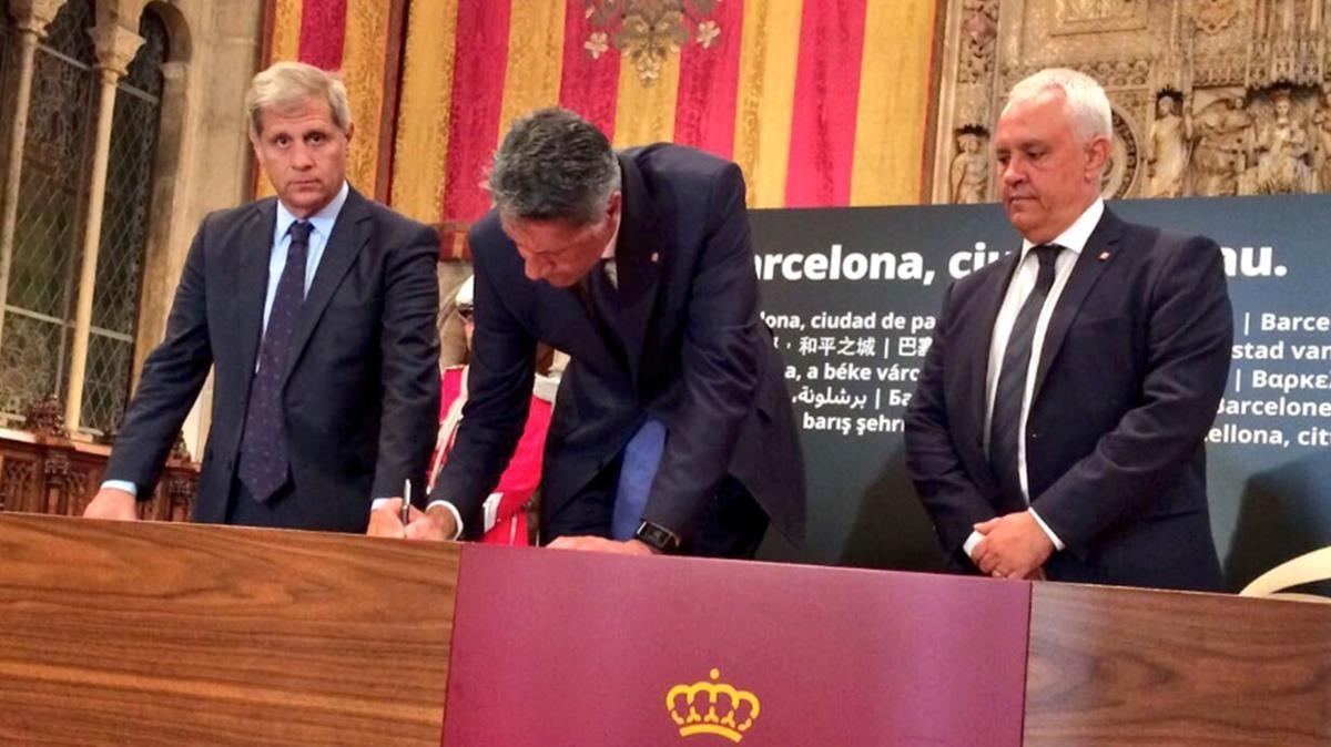 El presidente de PPC, Xavier Garcia Albiol, firmando en el libro de condolencias. TWITTER