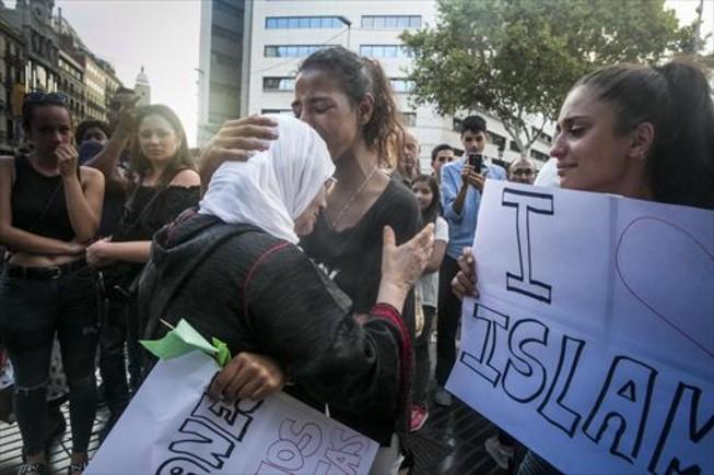 Habiba Elkhoukh (en el centro, abrazada a una mujer) y Kawthar Liouich en la Rambla, durante la manifestación de musulmanes, ayer.