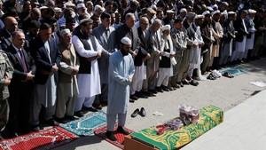 Familiares y amigos de un jefe de policía fallecido en un ataque talibán contra una instalación policial asisten a su entierro en Kabul, el 18 de octubre.