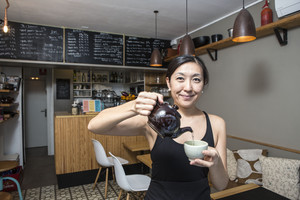 Rie Yasui, en La Piccolina, sirve un té.
