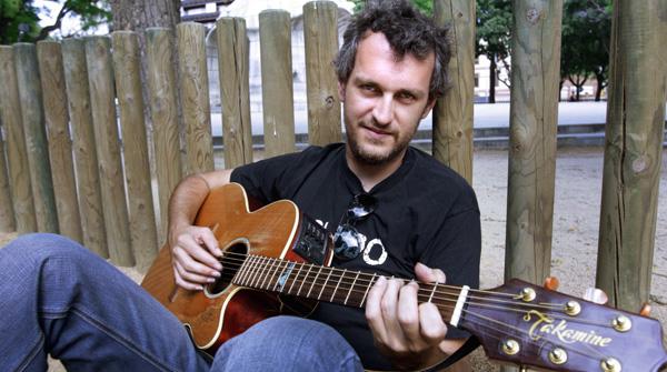 El cantautor, Rafa Pons, canta la canci�n 'La mosso' en ac�stico para EL PERI�DICO.