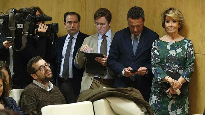 Esperanza Aguirre y sus concejales se cuelan en una rueda de prensa de Manuela Carmena. Protestaban porque laalcaldesa de Madrid convocaba a los medios al mismo tiempo que se llevaba a cabo el pleno del Ayuntamiento.
