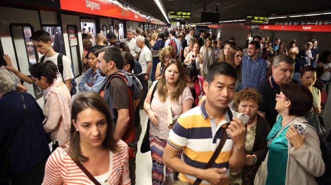 And�n abarrotado de usuarios en la estaci�n de metro de Sagrera, este martes.