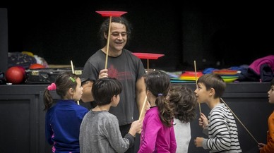 Clasede la escuela de circo infantil del Ateneu Popular Nou Barris.