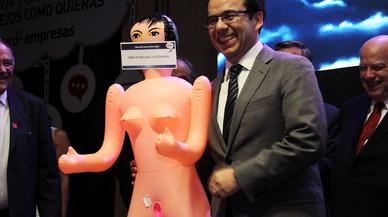 El regal d'una nina inflable al ministre d'Economia de Xile desferma l'escàndol