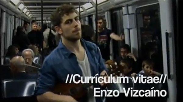 El periodista Enzo Vizca�no canta su curr�culo en el metro de Barcelona.