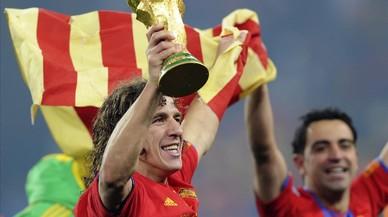 El exjugador Carles Puyol celebra junto a Xavi Hern�ndez la conquista del Mundial de Sud�frica del 2010.