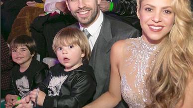 Gerard Piqué y Shakira con sus hijos, Milan (izquierda) y Sasha (derecha), en una foto de diciembre del 2016.