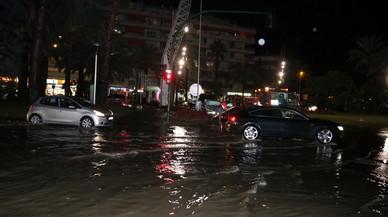 Carrers inundats i cotxes atrapats per una intensa tempesta a Salou
