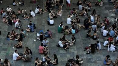 Gente sentada en la plaza del Sol, en Gràcia, hace unos días.