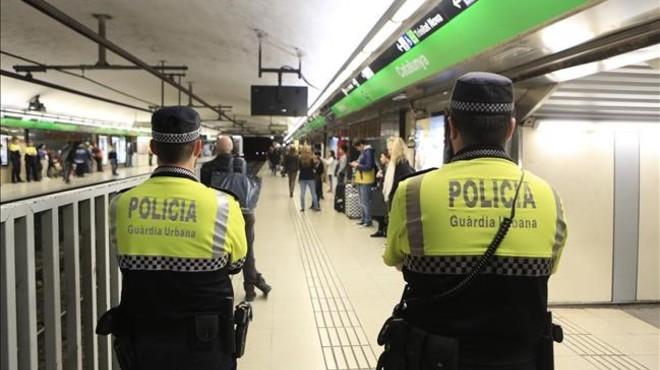 Agentes de la Guardia Urbana, en el metro.