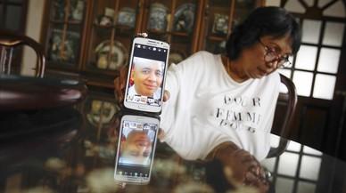La hermana del piloto del avi�n de Malaysia desaparecido muestra una fotograf�a de su hermano.