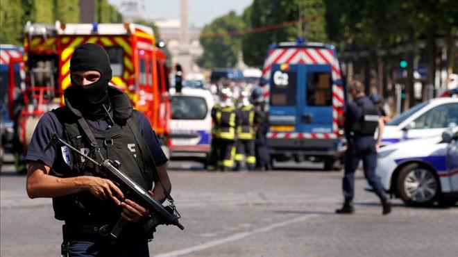 Un vehicle envesteix un furgó de la gendarmeria als Camps Elisis sense provocar ferits