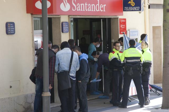 Muere una mujer durante un atraco en una oficina bancaria for Oficina de correos santander