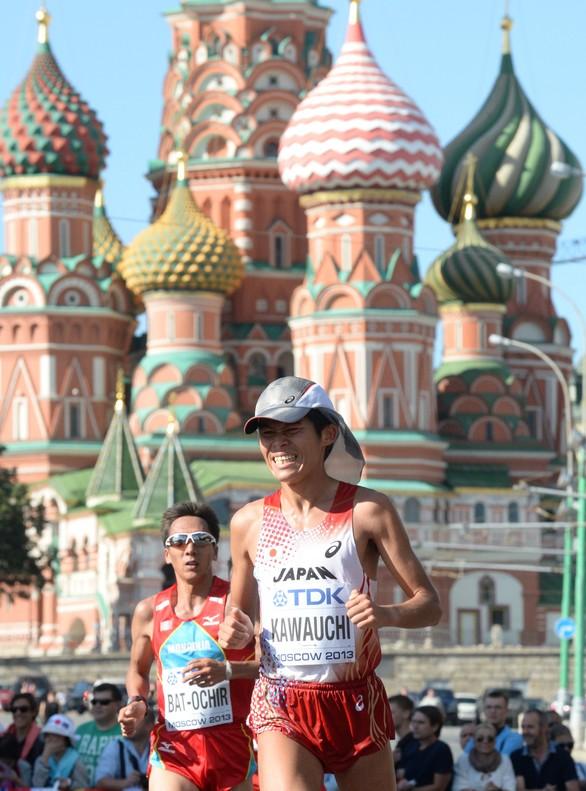 Un japon�s bate el r�cord del mundo del medio marat�n con traje