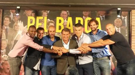 Joan Laporta, rodeado por Eric Abidal, Gabi Cairo, Javi Rodr�guez, Enric Masip, Roger Grimau y Roger Esteller.