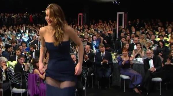 Jennifer Lawrence perd part del seu vestit al recollir el premi del sindicat d'autors