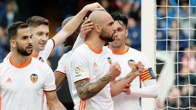 Los jugadores del Valencia felicitan a Simone Zaza tras marcarle el segundo gol al Athletic en Mestalla.
