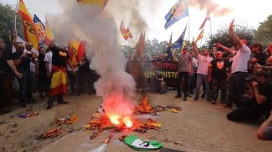 Quema de 'estelades' en la manifestación ultra en Barcelona por el 12 de Octubre