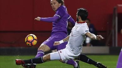 Luca Modric centra con la oposición del defensa sevillista Pareja.