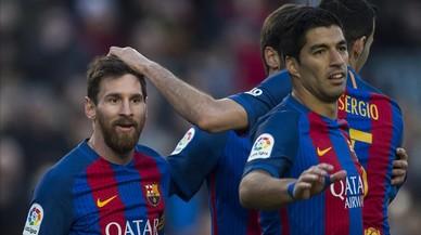 Messi es felicitado tras su gol ante Las Palmas.