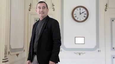 Paco Gómez, junto al reloj devuelto por el hijo del conserje y una placa que recuerda la reapertura del consulado en 1978, tras la guerra y la dictadura.