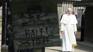 El Papa atraviesa la puerta del campo de Auschwitz para iniciar su recorrido silencioso, este viernes.