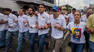 POLICÍA PERMITE PASO DE MANIFESTACIÓN OPOSITORA VENEZOLANA HACIA EL EPISCOPADO