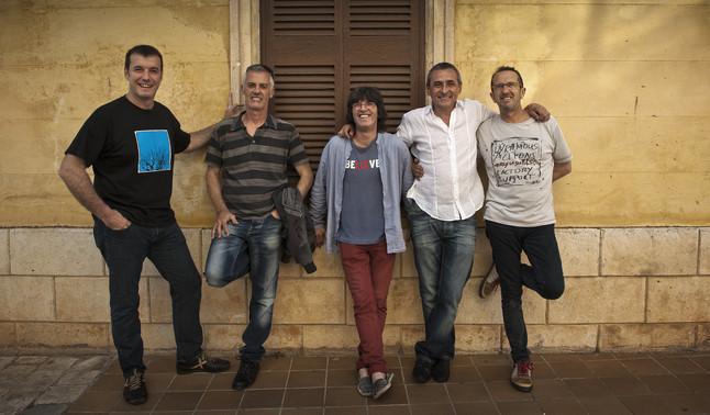 Los componentes del grupo posan en las calles de Ciutadella (Menorca)