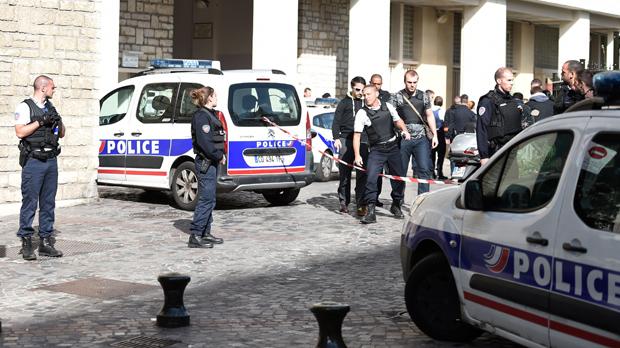 Un home atropella diversos militars de l'operació antiterrorista a la perifèria de París