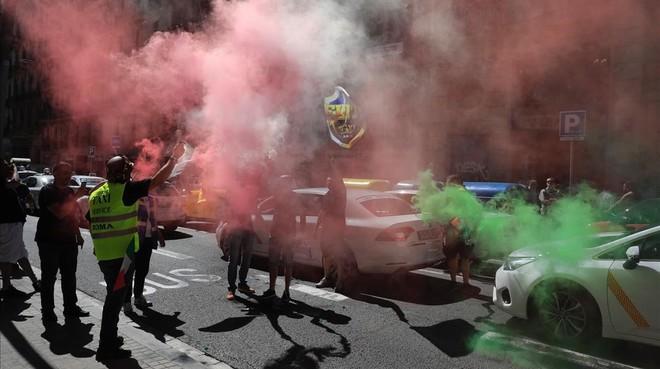 Cientos de taxistas se manifiestan por el centro de Barcelona contra empresas como Uber