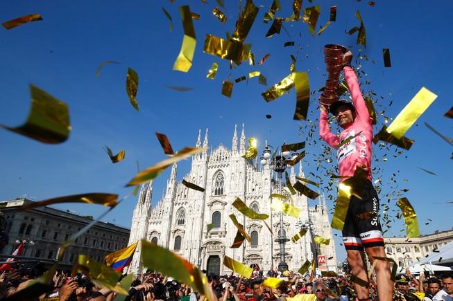 Tom Dumoulin, con la copa del Giro y el Duomo al fondo.