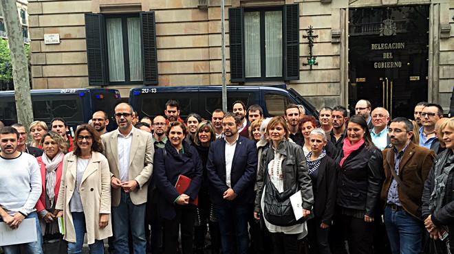 Una cincuentena de alcaldes se concentran delante de la Delegaci�n del Gobierno en protesta por el recurso de inconstitucionalidad contra la Ley 24/2015.