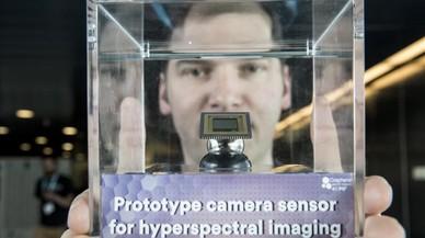 Denis Guilhot,investigador del Instituto de Ciencias Fotonicas (ICFO),con un sensor de grafeno para ver en la oscuridad.
