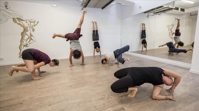 Charlie Roth (haciendo la vertical) posa con cuatro alumnas en The Bamboo Body (Cavanes, 31).